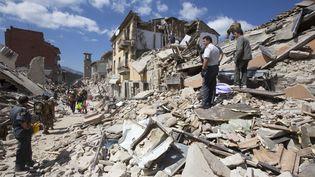 Des secouristes fouillent les décombres après un séisme à Amatrice (Italie) le 24 août 2016. (RICCARDO DE LUCA / ANADOLU AGENCY / AFP)