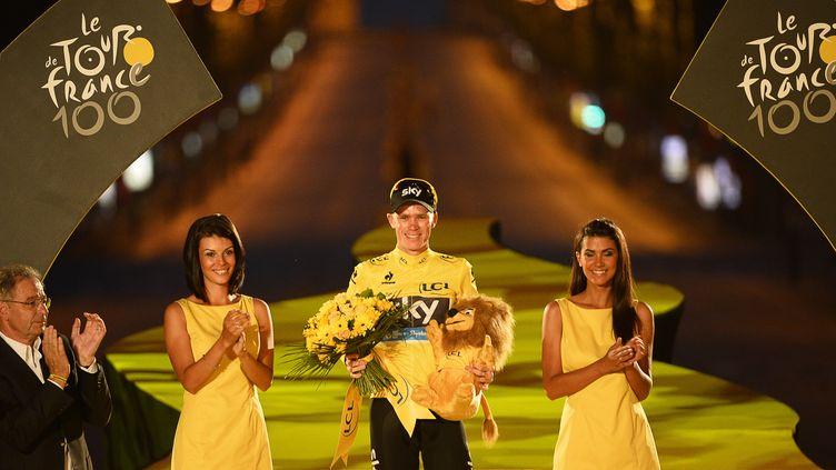 La nuit est déjà tombée quand Christopher Froome se présente sur le podium, à l'issue de l'édition du Tour de France, le 21 juillet 2013. (AFP)