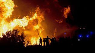 Des pompiers s'affairent à Valparaiso (Chili), le 13 avril 2014. (MARTIN BERNETTI / AFP)
