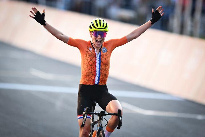 Annemiek van Vleuten lève les bras par erreur à la fin de la course en ligne des Jeux olympiques, le 25 juillet 2021. (JASPER JACOBS / BELGA MAG / AFP)
