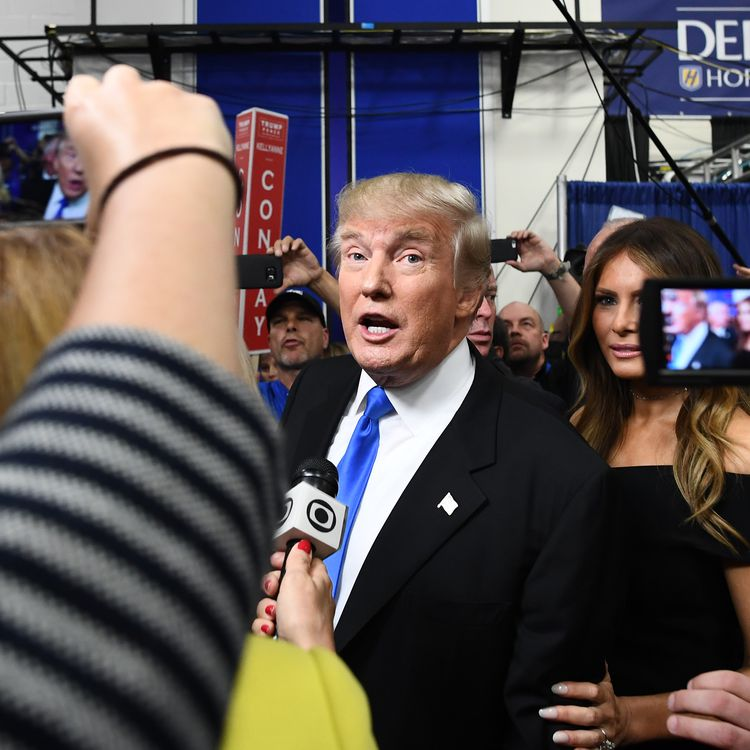 Donald Trump s'exprime devant la presse à l'issue d'un débat contre son adversaire Hillary Clinton, pendant la campagne présidentielle, le 26 septembre 2016, à Hempstead, dans l'Etat de New York. (JEWEL SAMAD / AFP)