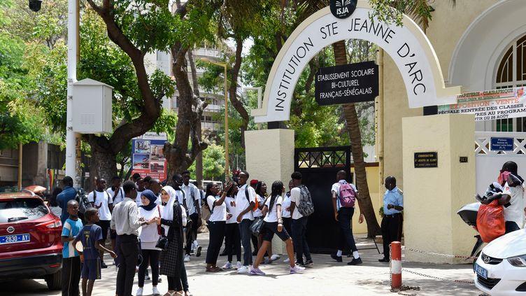 Des élèves devant l'Institution Sainte Jeanne D'Arc à Dakar, le 4 septembre 2019. (SEYLLOU / AFP)
