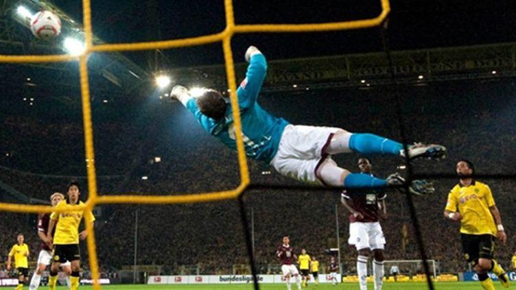 Le gardien de Dortmund s'envole (BERND THISSEN / DPA)