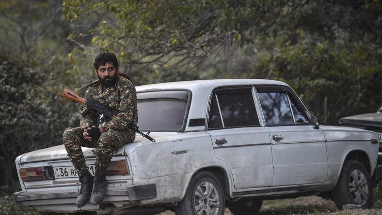 Un combattant dans le village deStepanakert, dans le Haut-Karabakh, le 23 octobre 2020. (ARIS MESSINIS / AFP)