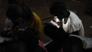 (Des enfants dans une salle de classe, à l'intérieur d'un camp de réfugiés de l'ONU à Djouba. © Andreea Campeanu/Reuters)
