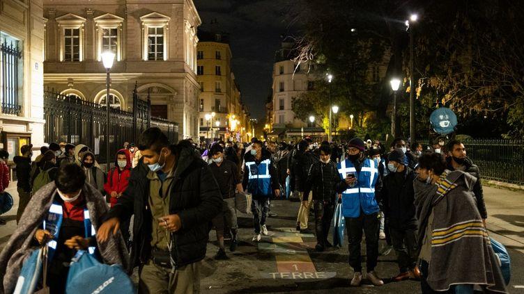 Des migrants sont chassés de la place de la République qu'ils ont brièvement occupée pour obtenir un logement, le 23novembre 2020, à Paris. (JEROME GILLES / NURPHOTO / AFP)