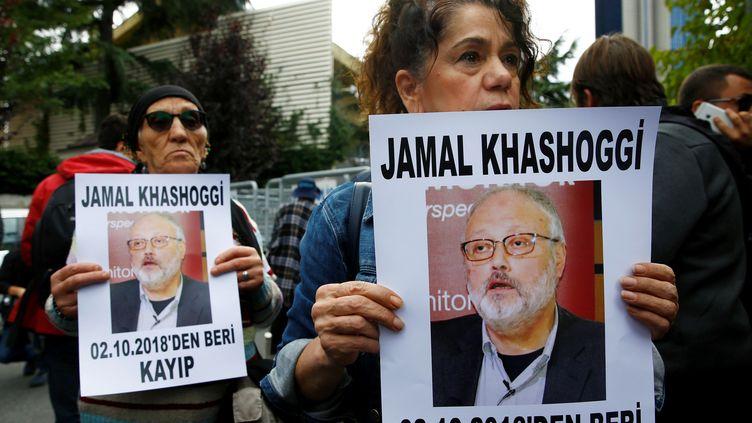 Des manifestants brandissent le portrait du journaliste saoudien Jamal Khashoggi, le 9 octobre 2018 à Istanbul (Turquie).  (OSMAN ORSAL / REUTERS)