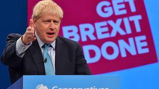 Le Premier ministre britannique prononce un discours lors de la conférence annuelle du Parti conservateur, le 2 octobre 2019, à Manchester. (BEN STANSALL / AFP)
