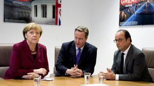De gauche à droite, la chancelière allemande, Angela Merkel, le Premier ministre britannique, David Cameron, et le président français, François Hollande, lors d'un sommet européen à Bruxelles, le 15 octobre 2015. (REUTERS)