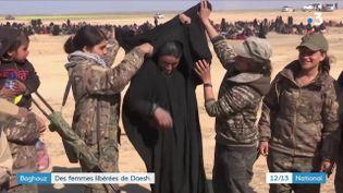 Une ancienne prisonnière de l'Etat islamique retire son voile après avoir fui Baghouz (Syrie). (FRANCE 3)