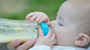 Les laits végétaux ne sont pas adaptés à l'alimentation du bébé de moins d'un an (photo d'illustration). (NICOLAS LARENTO / FOTOLIA)
