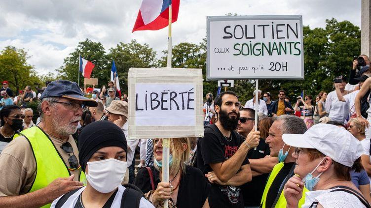 Des opposants au pass sanitaire, le 24 juillet 2021 place du Trocadéro, à Paris. (THOMAS MOREL-FORT / HANS LUCAS)