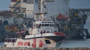Le bateau de l'ONG Proactiva Open Arms arrive au port d'Algeciras, près de San Roque (Espagne), vendredi 28décembre 2018. (JORGE GUERRERO / AFP)