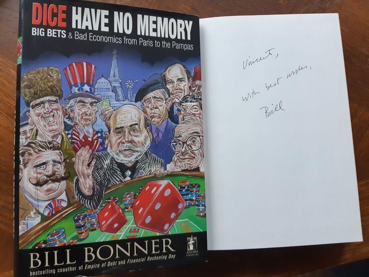 """Photo d'un ouvrage de Bill Bonner paru en 2011 dédicacé à Vincent Laarman : """"À Vincent. Avec mes meilleurs vœux. Bill"""". (CELLULE INVESTIGATION / RADIO FRANCE)"""