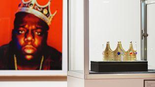 La couronne en plastique portée par le rappeur Notorious Big lors d'une séance photo réalisée par Barron Claiborne en 1997, exposée chez Sotheby's à New York. (CINDY ORD / GETTY IMAGES NORTH AMERICA)