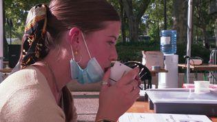 Une jeune fille s'autoteste avec le détecteur de Covid par le souffle (France 3 Languedoc-Roussillon)