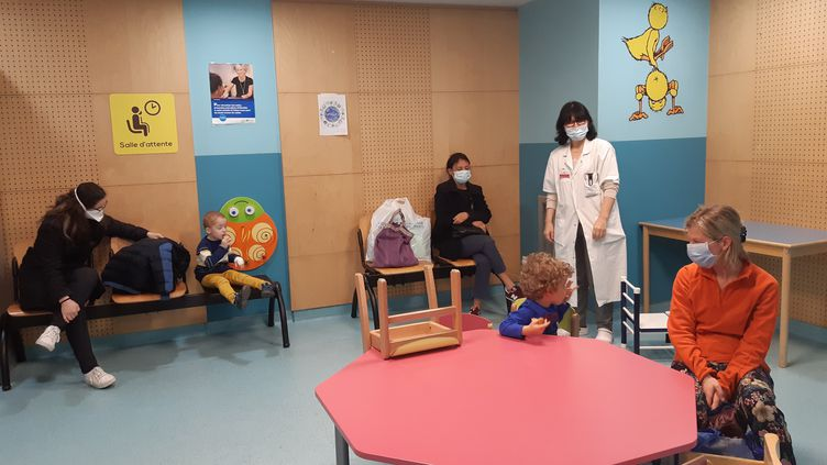 Le Dr Assia Smail au milieu de la salle d'attente des urgences pédiatriques de l'hopital Robert-Debré, à Paris, où les gestes barrières sont respectés. (Solenne Le Hen - Radio France)