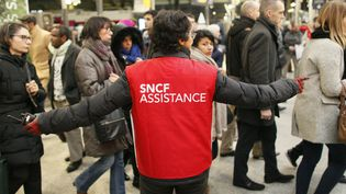 Un agent de la SNCF guide les usagers à la gare Saint-Lazare à Paris, lors d'une précédente journée de grève, le 9 mars 2016. (MATTHIEU ALEXANDRE / AFP)
