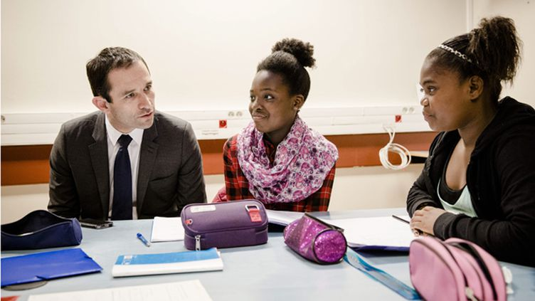 (Benoît Hamon assiste à un cours de remise à niveau lors de sa visite du collège Jean Mace, à Fontenay sous Bois. © MaxPPP / Marlène Awaad)