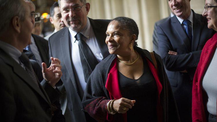 La ministre de la Justice, Christiane Taubira, a rencontré des magistrats lors de sa visite à l'antenne des mineurs du palais de justice de Paris, le 20 mai 2012. (FRED DUFOUR / AFP)