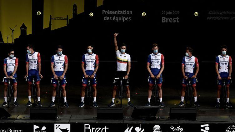L'équipe Groupama-FDJ salue le public de Brest lors de la présentation des coureurs du Tour de France 2021, jeudi 24 juin 2021. (PHILIPPE LOPEZ / AFP)