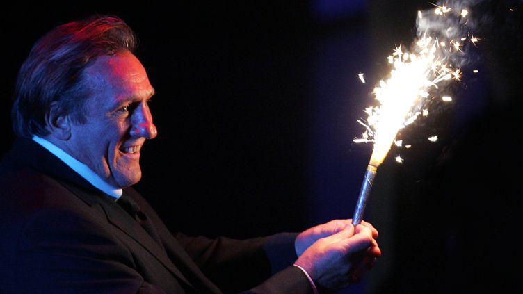 Gérard Depardieu tient un feu d'artifice après avoir remporté un prix spécial du festival du film international de Moscou, le 2 juillet 2006 en Russie. (ALEXANDER NEMENOV / AFP)