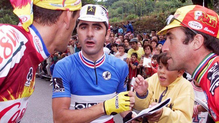 Laurent Jalabert (au centre) et Luc Leblanc (à droite) en discussion durant le Tour 98