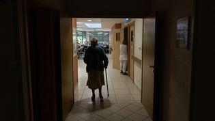 Une personne âgée dans une maison de retraite deSouffelweyersheim (Grand Est), le 24 juin 2019. (PATRICK HERTZOG / AFP)