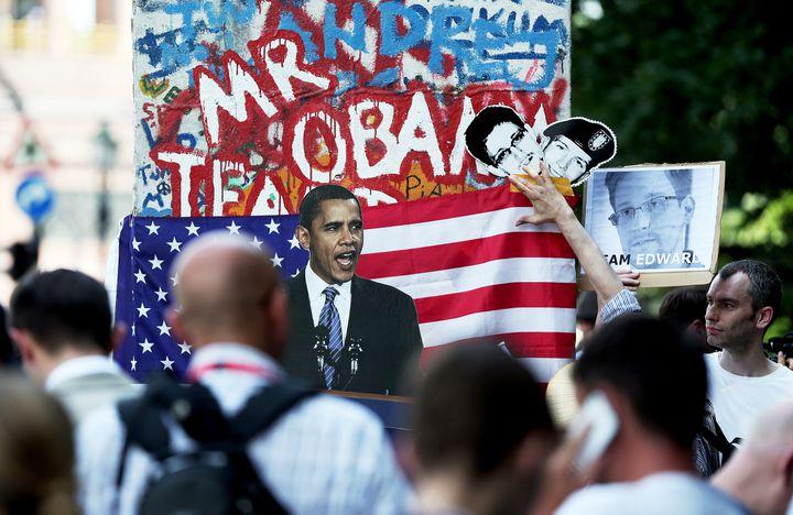 Des activistes manifestent contre les poursuites engagées par les Etats-Unis contre Edward Snowden, le 19 juin 2013 à Berlin (Allemagne). (RONNY HARTMANN / AFP)