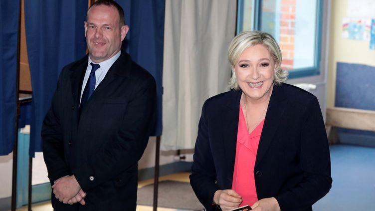 Marine Le Pen vote à Hénin-Beaumont (Pas-de-Calais) en compagnie de Steeve Briois, dimanche 7 mai 2017. (JOEL SAGET / AFP)