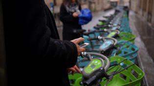 Les nouveaux vélos en libre-service à Paris sont gérés par Smovengo depuis début 2018. (GUILLAUME SOUVANT / AFP)