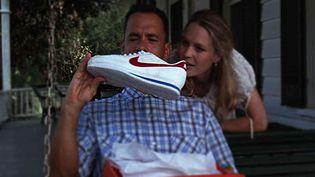 """Thom Hanks dans """"Forrest Gump"""" admire ses nouvelles Nike (Paramount Pictures Spain)"""