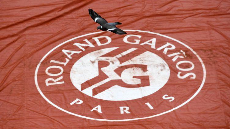 La bâche de Roland-Garros déployée (CHRISTOPHE ARCHAMBAULT / AFP)