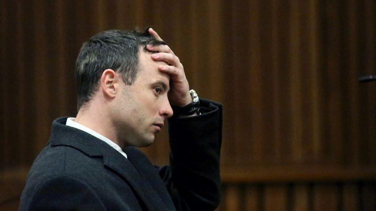 L'athlète paralympique sud-africain Oscar Pistorius assis sur le banc des accusés pendant son procès pour meurtre, à Pretoria (Afrique du Sud), le 8 juillet 2014. (SIPHIWE SIBEKO / AFP)