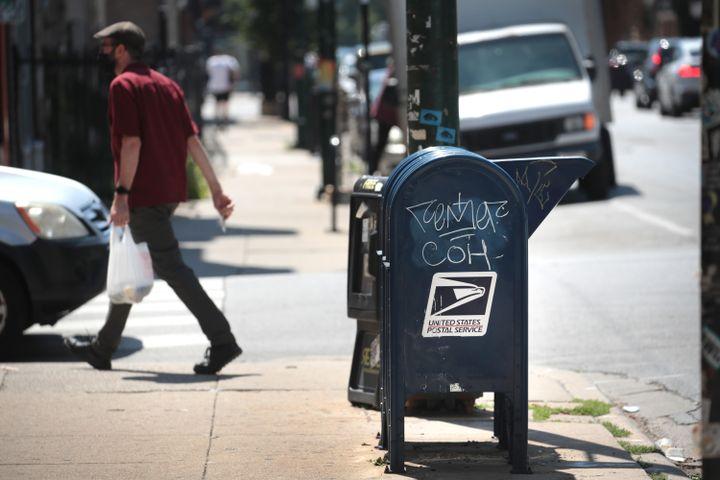 Une boîte aux lettres de l'US Postal Service à Chicago (Etats-Unis), le 13 août 2020. (SCOTT OLSON / GETTY IMAGES NORTH AMERICA)