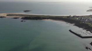 Alors que la France est toujours confinée, sur certaines îles de l'Hexagone, l'isolement est la règle à l'année. Les équipes de France Télévisions ont suivi le quotidien des habitants de l'île de Houat, au large de Quiberon (Morbihan). (FRANCE 3)