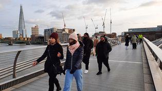 En extérieur à Londres, le masque est recommandé mais non imposé, le 18 janvier 2021. (RICHARD PLACE / RADIOFRANCE)