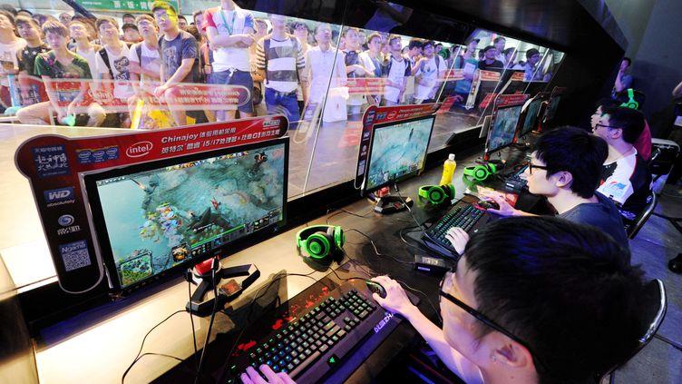 Les membres d'une équipe chinoise de e-sport, une compétition de jeux vidéo, le 31 juillet 2014 à Shanghai (Chine). (ZHEJIANG DAILY / IMAGINECHINA / AFP)