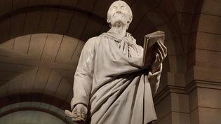 La statue de Voltaire au Panthéon. (MANUEL COHEN / AFP)