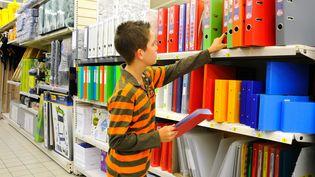 Un adolescent au rayon des fournitures scolaires d'un supermarché (photo d'illustration) (MAXPPP)