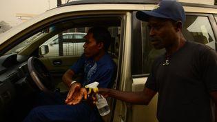 Lavage de mains au gel hydroalcoolique à l'entrée de l'hôpital général Gbagada, à Lagos, le 14 février 2020. (Olukayode Jaiyeola / NurPhoto / NurPhoto via AFP)