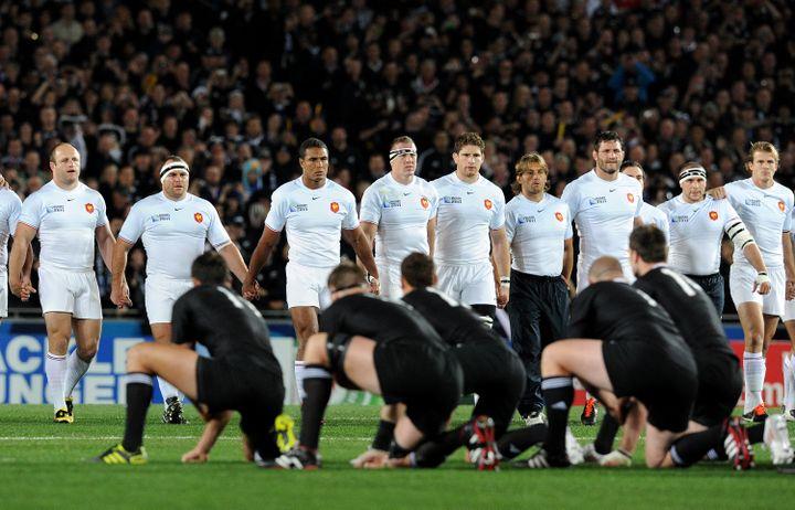 Le XV de France pendant le haka des joueurs de Nouvelle-Zélande, le 23octobre 2011, sur la pelouse de l'Eden Park Stadium d'Auckland (Nouvelle-Zélande). (GABRIEL BOUYS / AFP)