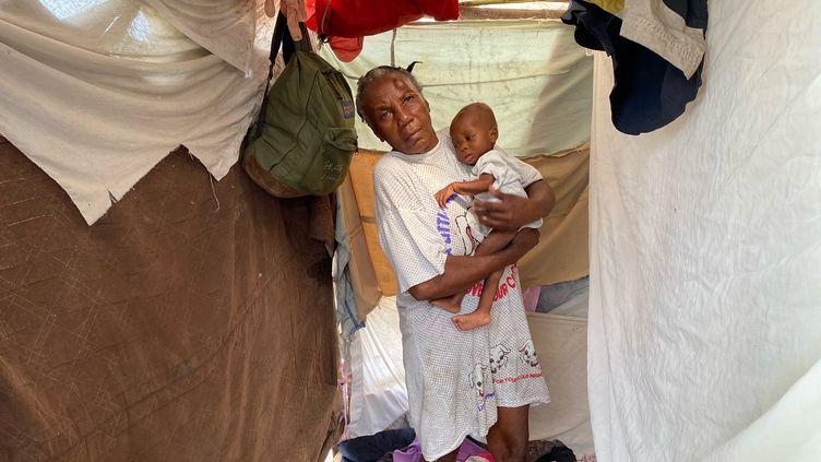 Le petit fils de Marie-Rose est tombé malade à cause de l'humidité qui règne dans le camp de fortune des Cayes. (BORIS LOUMAGNE / RADIO FRANCE)