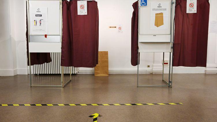 Des isoloirs vides avant l'ouverture du bureau de vote, le 26 juin 2020 à Paris. (BERTRAND GUAY / AFP)