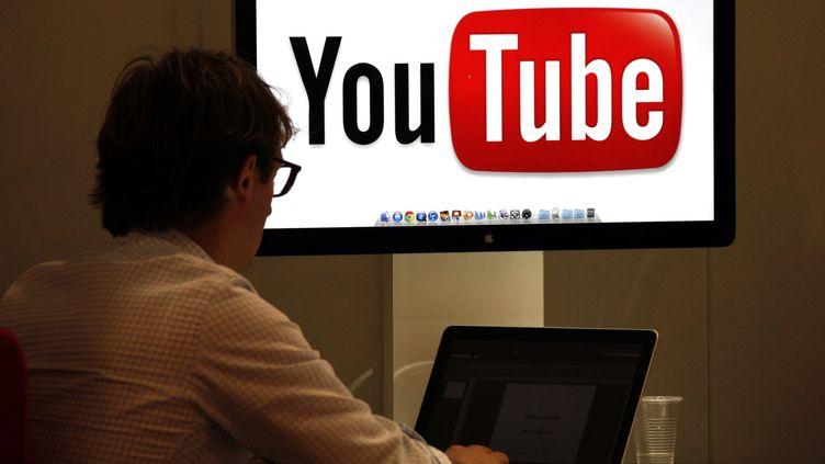 Youtube encourt jusqu'à 250 000 euros d'amende et jusqu'à six mois de prison, pour chaque vidéo qu'elle persisterait à diffuser sans autorisation. (ERIC GAILLARD / REUTERS)