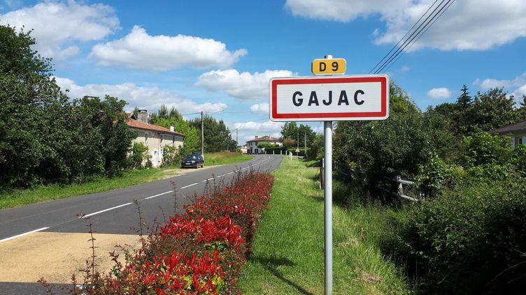 L'entrée de la commune de Gajac, en Gironde. (BENJAMIN MATHIEU / FRANCEINFO)