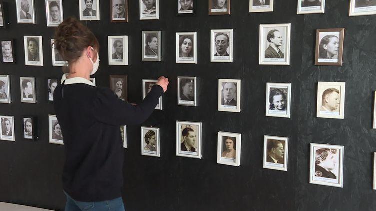 Un mur des noms donne un visage aux 540 déportés mayennais. (France 3 Pays de la Loire / M. Baron)