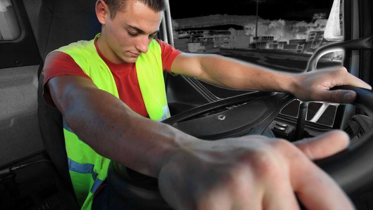 Selon cette étude, plus d'un conducteur de poids lourd sur quatre dort moins de 6 heures avant de prendre la route pour un long trajet et un sur trois s'estime susceptible d'avoir un accident à cause de la somnolence. (  MAXPPP)