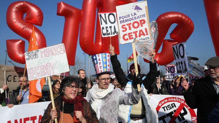 Manifestation contre le traité CETA en février 2017 lors du vote au parlement européen à Strasbourg. (PATRICK HERTZOG / AFP)