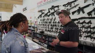 Les femmes de Chicago apprennent à manier les armes à feu. (FRANCEINFO)